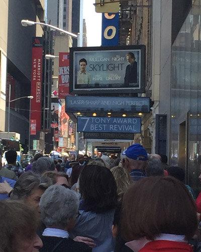 『スカイライト』劇場前に並ぶ観客