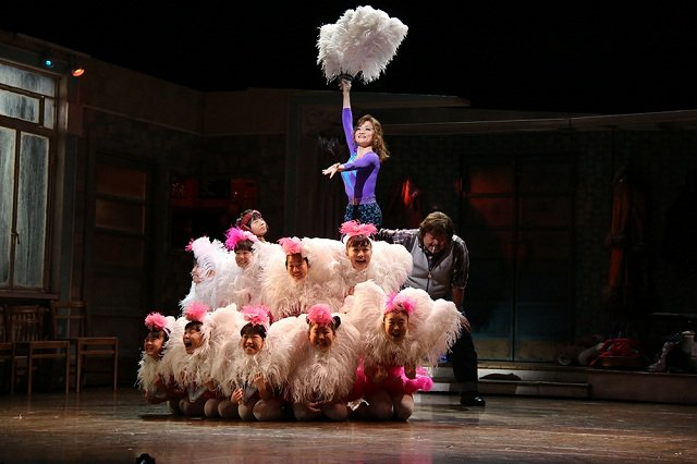 ミュージカル『ビリー・エリオット~リトル・ダンサー~』舞台写真(ウィルキンソン役:島田歌穂)