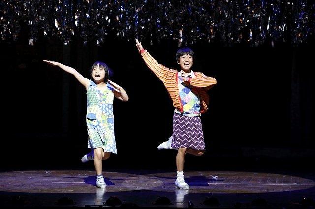 ミュージカル『ビリー・エリオット~リトル・ダンサー~』舞台写真(ビリー役:未来和樹 マイケル役:持田唯颯 撮影:阿部高之)
