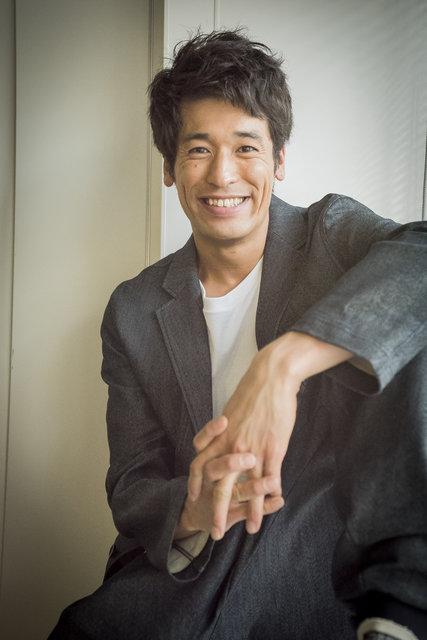 黒いジャケットのかっこいい佐藤隆太