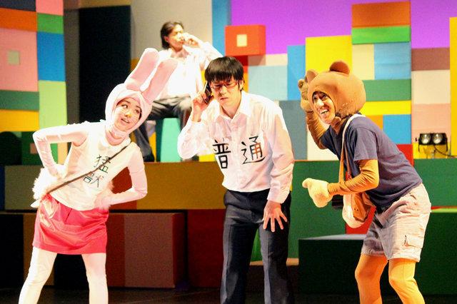 【動画】シュールさ全開!『舞台 増田こうすけ劇場 ギャグマンガ日和 デラックス風味』公開ゲネプロをチラッと見せ