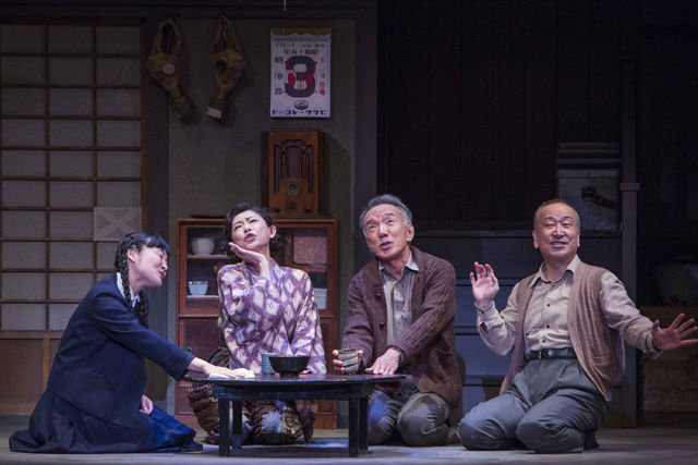 (左から2人目)秋山菜津子『きらめく星座』