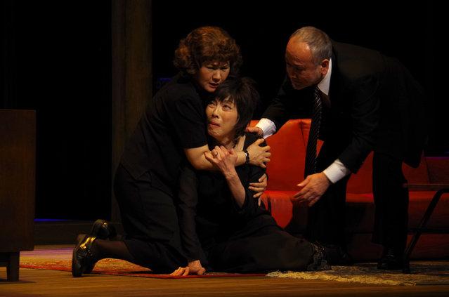 麻実れいが半狂乱の母を熱演!KERA演出『8月の家族たち』観劇レポート