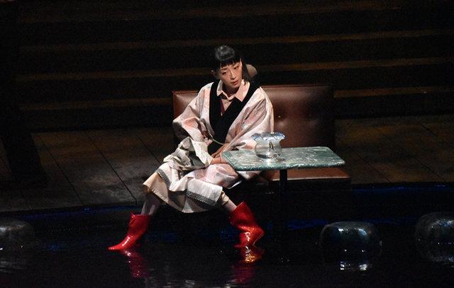 森田剛、宮沢りえらがずぶ濡れで愛を叫ぶ、蜷川幸雄・追悼公演『ビニールの城』観劇レポート
