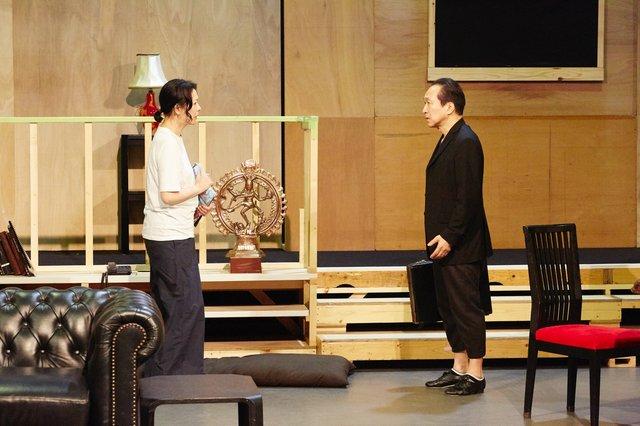 小日向文世、秋山菜津子ら実力派俳優が挑む日本初上演作『DISGRACED/ディスグレイスト−恥辱』稽古場レポート