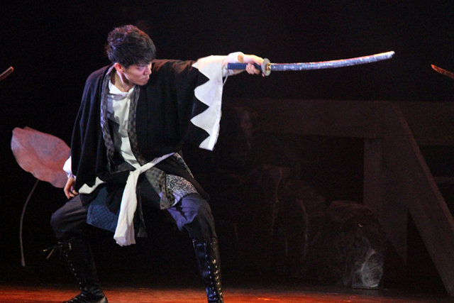 『瞑るおおかみ黒き鴨』開幕!青木玄徳、松田凌、荒木宏文らが前作超えの殺陣で魅せる