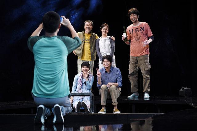 向井理と蓬莱竜太が密で複雑に絡み合う人間関係を小劇場で描き出す!『星回帰線』開幕