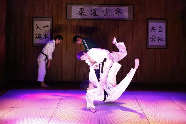 宮崎秋人、けっぱれ!小劇場のライブ感溢れるDステ20th『柔道少年』開幕
