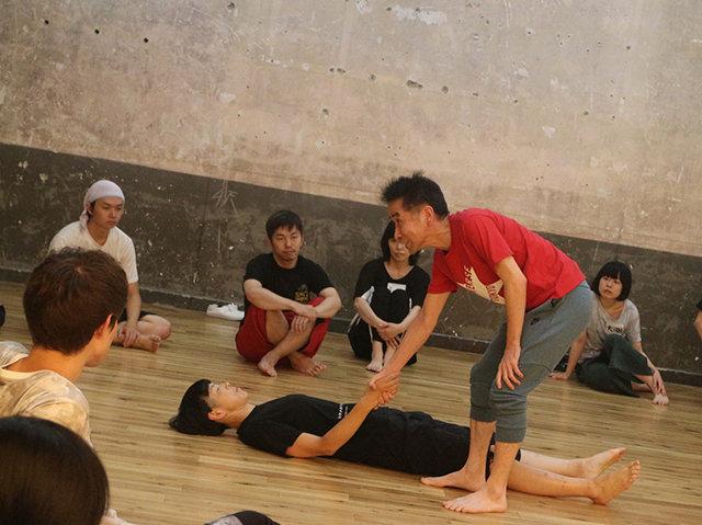 演出家・小野寺修二と共に「身体」を見つめ直すワークショップ「ただ、立つことから始めてみよう」in銀座九劇アカデミア