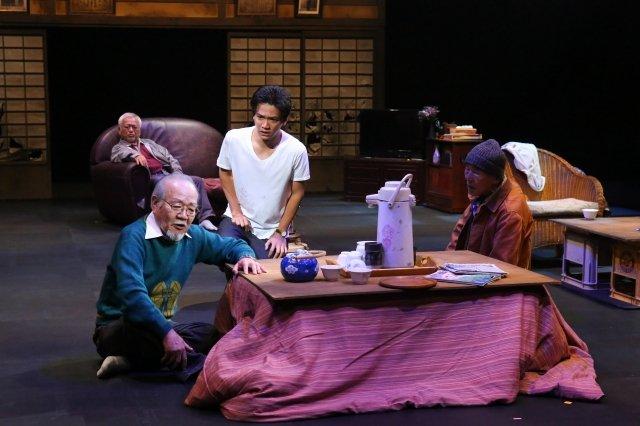 岩松了を作・演出に迎え、さいたまゴールド・シアター6年ぶりの新作『薄い桃色のかたまり』開幕