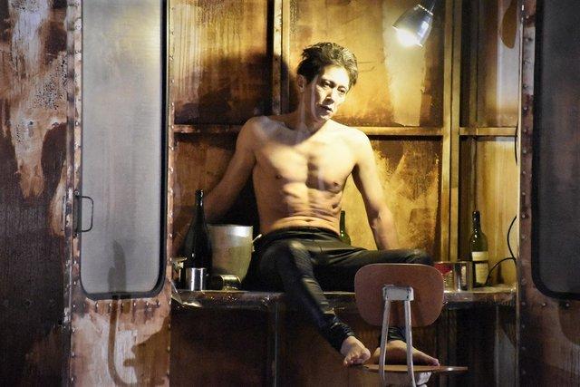 プルカレーテ演出『リチャード三世』で佐々木蔵之介が危険で凶暴、エロチックで美しい悪漢に