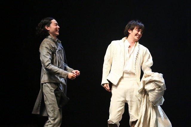 『ローゼンクランツとギルデンスターンは死んだ』開幕!生田斗真、菅田将暉との「普段の会話もロズとギルみたい」