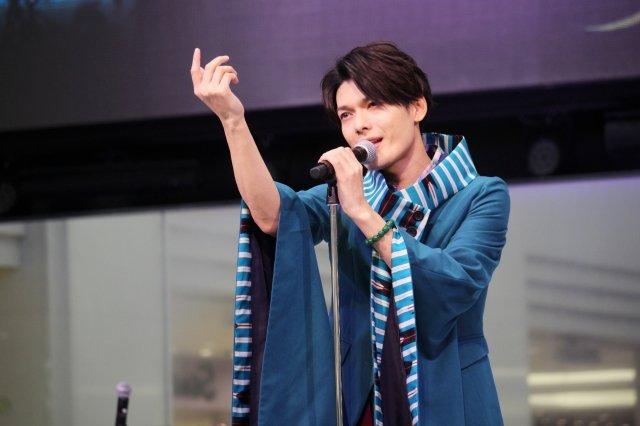 崎山つばさ、個人名義のCDリリース記念ミニライブで「月花夜/君の隣へ」を熱唱!誕生日サプライズも
