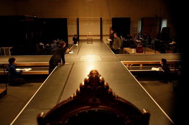 開幕間近の『アンチゴーヌ』特設ステージを公開!蒼井優、生瀬勝久らのコメントも
