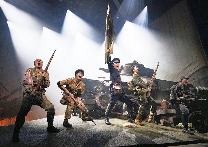 2年半ぶりのTEAM NACS公演『PARAMUSHIR~信じ続けた士魂の旗を掲げて』東京公演開幕