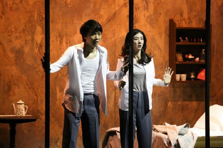 真実はどこにあるのか?井上芳雄、ともさかりえ出演『1984』舞台写真到着