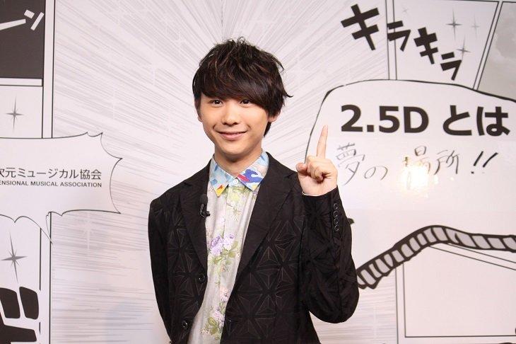 須賀健太「2.5Dアンバサダー」就任!白衣姿で2.5次元ミュージカルの魅力を伝える