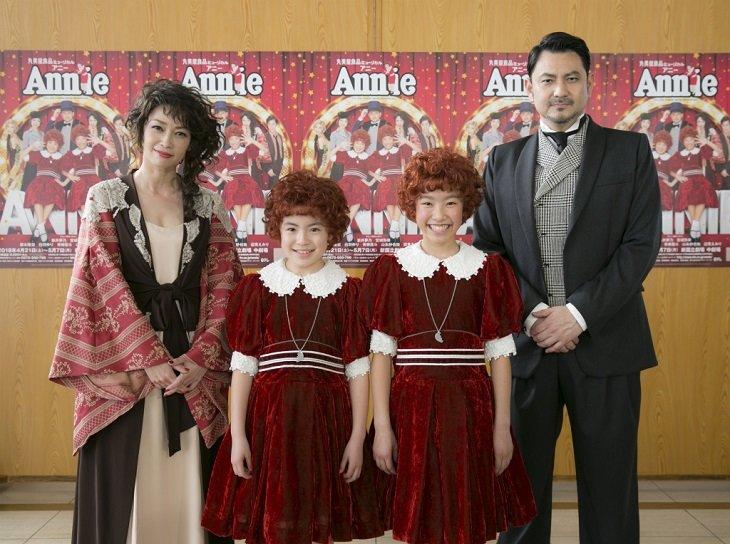 ミュージカル『アニー』33年目突入!辺見えみりは母娘2代でハニガン役に