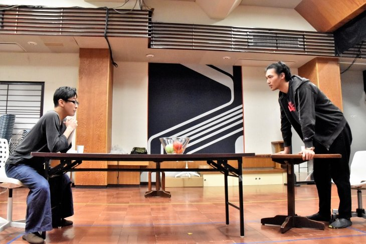 成河、千葉哲也、章平――3人の俳優が生み出す緊迫感『BLUE/ORANGE』稽古場レポート