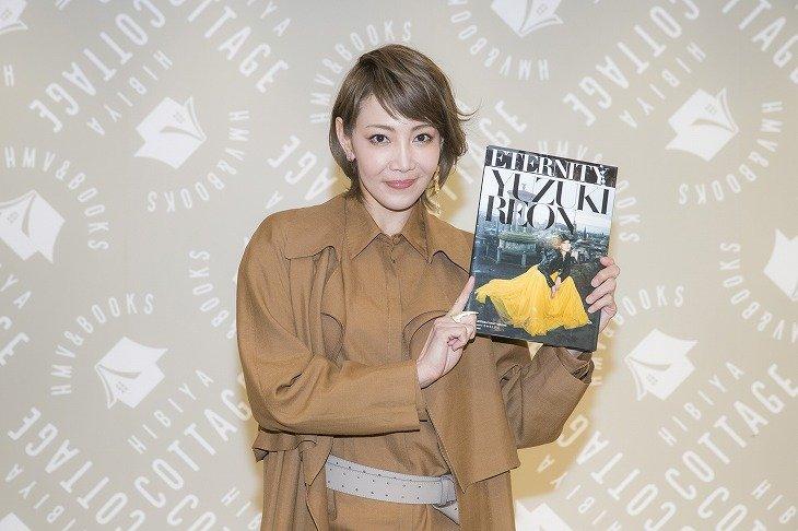 柚希礼音20th写真集で「かっこいいスカート」姿に!舞台に立ち続ける決意を語る
