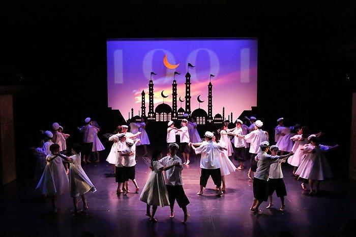 少年王者舘が新国立劇場に書き下ろした新作『1001』は魔法のような、量子論的千夜一夜物語