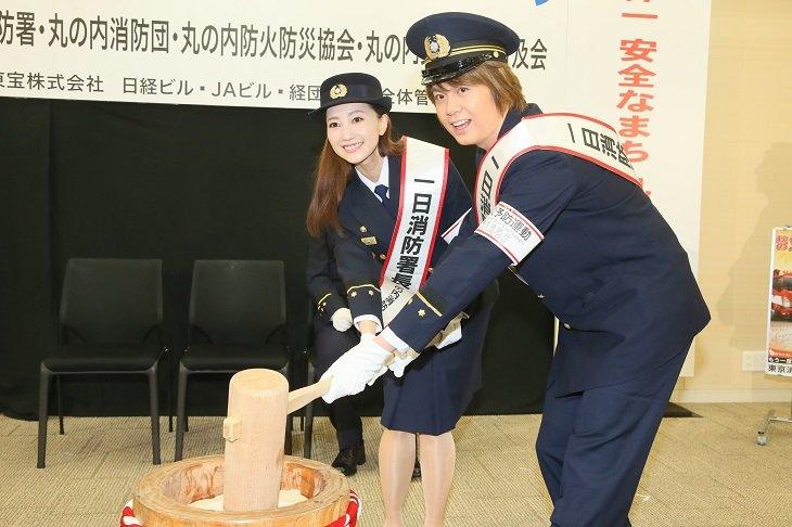 浦井健治&夢咲ねねが一日消防署長に!ミュージカル『ビッグ・フィッシュ』の役で消火器の実演も