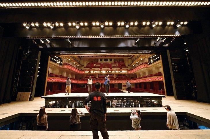 「南座 夏の舞台体験ツアー」開催中!花道、迫り、廻り舞台・・・歌舞伎の舞台機構を体験