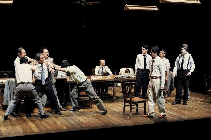 堤真一、石丸幹二、溝端淳平ら出演『十二人の怒れる男』開幕!ノンストップの2時間を堪能