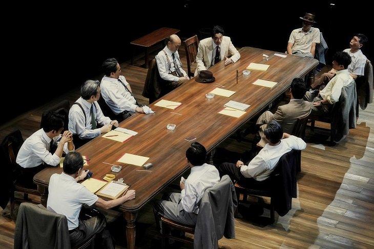 『十二人の怒れる男』舞台写真