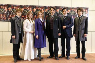 橋本さとし&一路真輝、コンビの絆を確かめ合う!『シャーロック ホームズ2』開幕
