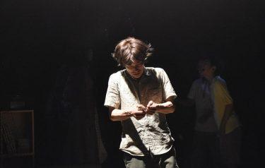 同世代のメンバーによる再再演!15年間の監禁を描いた長塚圭史の名作『イヌの日』開幕レポート