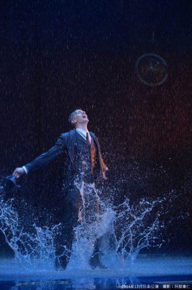 アダム・クーパー来日!12トンの雨が降る『雨に唄えば』開幕