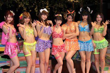 堤幸彦が絶賛!ビキニ姿で歌って踊って芝居する『上野パンダ島ビキニーズ』開幕