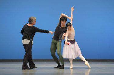 米沢唯「カンパニーの底力」新国立劇場バレエ団『不思議の国のアリス』